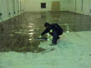 Нанесение эпоксидной пропитки на бетон.