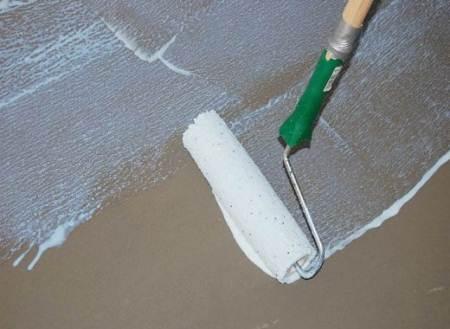 Нанесение грунтовки на бетонную поверхность