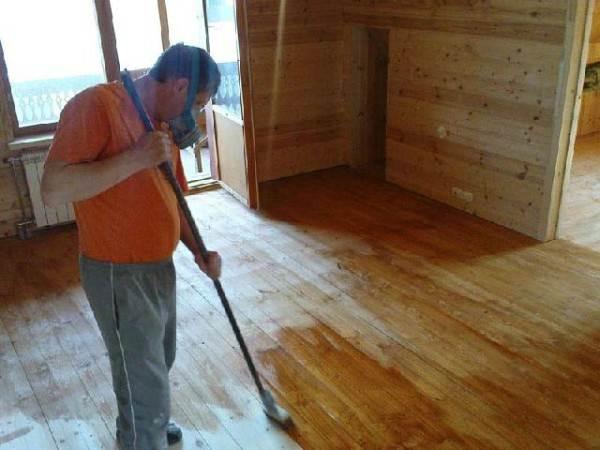Нанесение грунтовки на поверхность из древесины