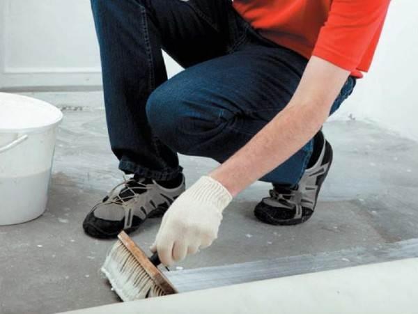 Наносим пропитку на бетонную поверхность.