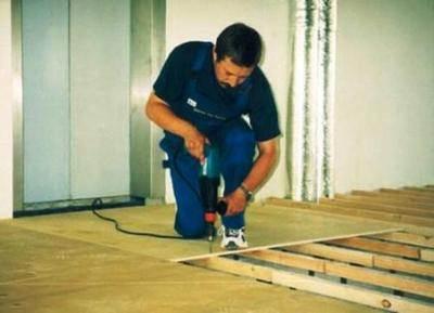 Некоторые мастера используют для выравнивания поверхности влагостойкую фанеру, на которую впоследствии монтируют цементную стяжку или покрытие данного типа