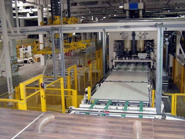 Необходимо понимать, что качественный ламинат возможно произвести только на современном оборудовании и в подходящих условиях