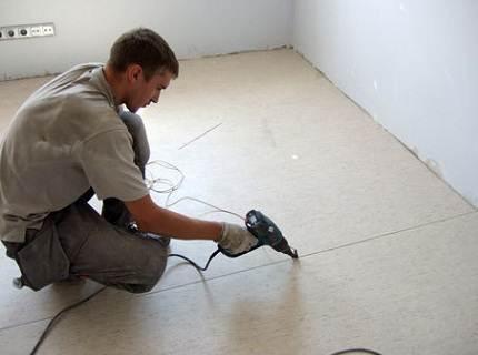Обратите внимание, фен используется строительный, бытовой не подходит для данного типа работ