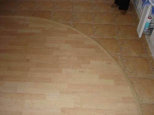 Очень удачное решение – стык между ламинатом и плиткой без порожка и под фактуру плитки