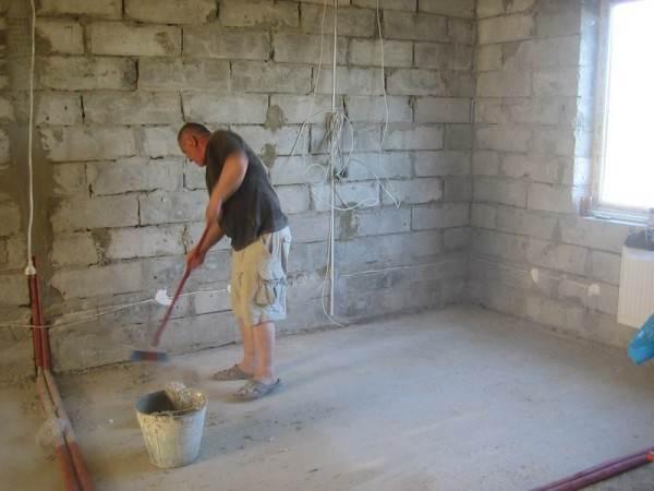 Очистка пола от грязи и пыли – самое первое действие