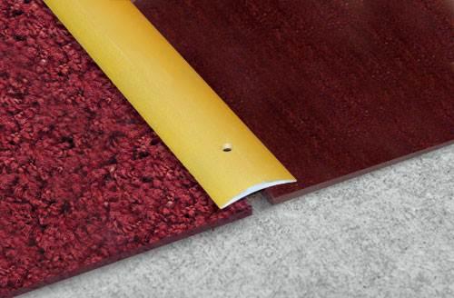 Одноуровневый порожек устанавливается между покрытиями одной толщины.