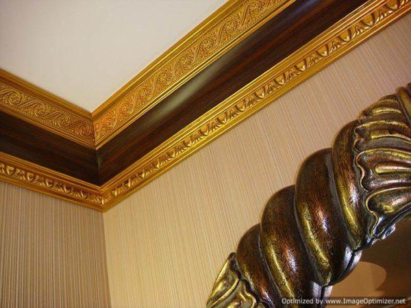 Окрашенный потолочный плинтус