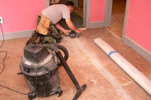 OSBрежется и шлифуется любым плотницким и столярным инструментом.
