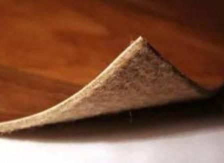 Основание под линолеум даёт не больше 5-7 мм дополнительной толщины, зато эффект утепления очевидный