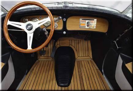 Отделанный тиком пол в автомобиле - непрактичная роскошь