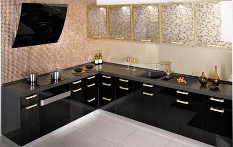 Отличное сочетание черного и белого на небольшой кухне