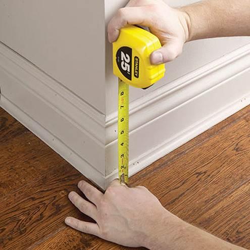 Отмерьте высоту, на которой будет располагаться дополнительный плинтус