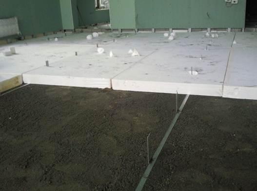 Пенопласт, уложенный на бетонный пол