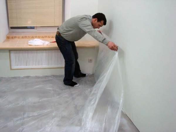 Перед укладкой пробки, необходимо застелить бетонное основание полиэтиленовой пленкой