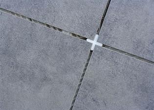Перед заделкой швов между плиткой необходимо удалить пластмассовые крестики
