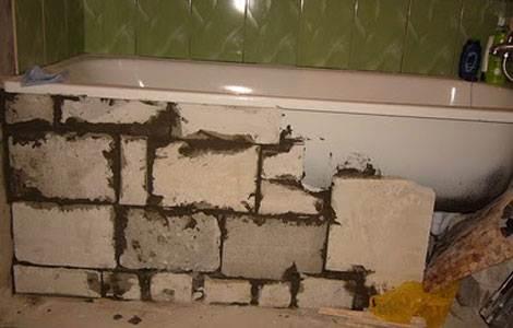 Переднюю стенку обкладывают пеноблоками