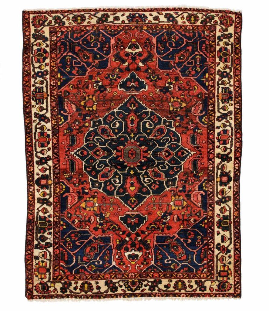 Персидский ковер красного цвета символизирует смелость и красоту