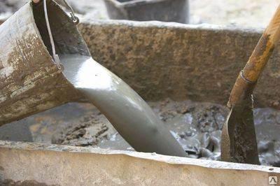 Пескоцементная смесь для стяжки пола после добавления воды превращается в вязкий раствор, который можно легко формовать.