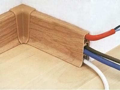 Пластиковые плинтуса дают возможность скрыть проводку в своем кабель-канале.