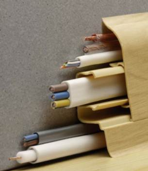 Плинтус – отличное место для маскировки кабелей