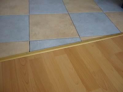 Плинтус между ламинатом и плиткой должен сочетать в себе оба цветовых решения