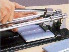 Плинтуса можно изготовить при помощи плиткореза.