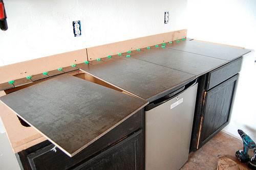 Плитка на кухне может быть использована не по назначению, к примеру, в качестве столешницы мебельного гарнитура