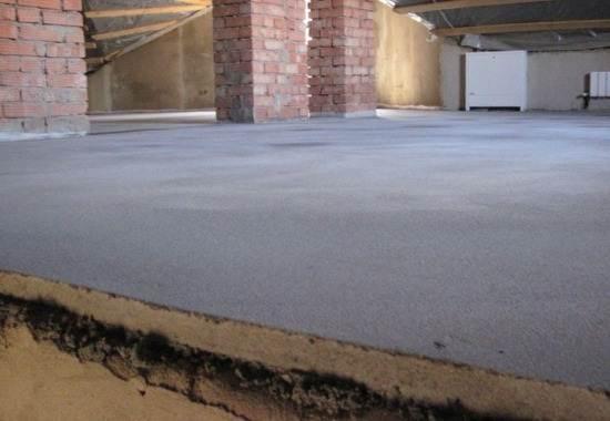 Плюс ко всему, бетонный пол не боится механических воздействий, таких как, например, ножки мебели, упавшие предметы