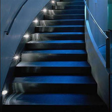 Подсветка лестниц позволяет эксплуатировать конструкцию в любое время суток