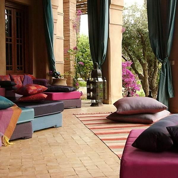 Подушками в арабском стиле можно украсить веранду загородного дома.