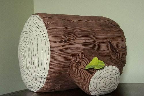 Подушки в виде пня хорошо подойдут для интерьера комнаты отдыха в загородном доме.