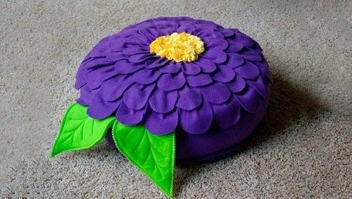 Подушку-пуфик можно смастерить из двухстороннего флиса.