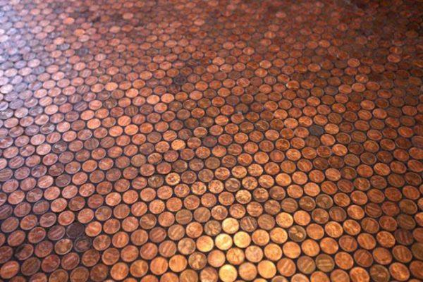 Пол, покрытый монетами