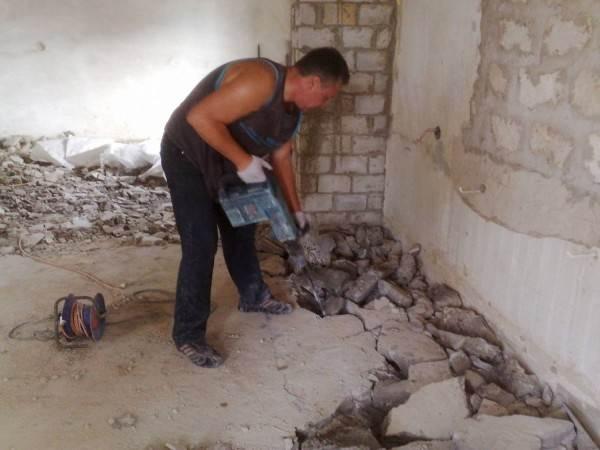 Порой проще и экономнее полностью удалить старую стяжку, чтобы создать ее заново, чем заниматься ремонтом