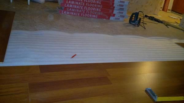Порядок работы при решении вопроса, можно ли стелить ламинат на линолеум, неизменен – подложка, затем доски покрытия