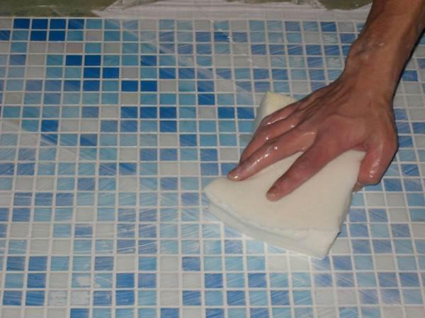 После укладки плиточное покрытие нужно вымыть