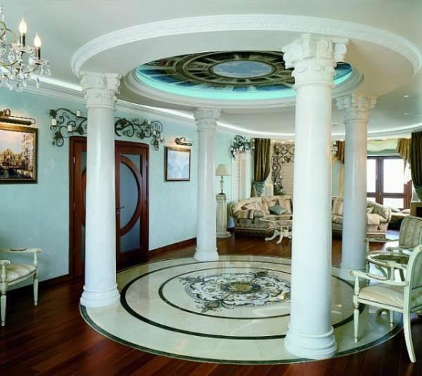 Потолок со сложной конфигурацией, отделанный полиуретановыми галтелями.