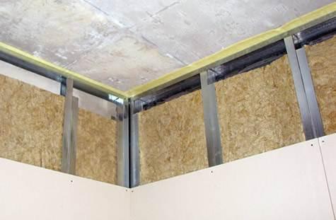 Предельно важно при проведении ремонта обеспечить качественные стыки пола и потолка со стеной – пренебрежение к стыкам со временем вызовет попадание влаги внутрь и, как следствие, к деформации всей конструкции