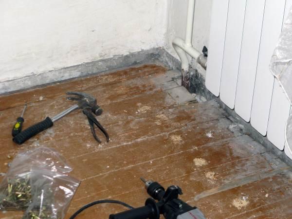 Прежде чем воспользоваться герметиком, необходимо подготовить поверхность – очистить его от грязи и жирных пятен