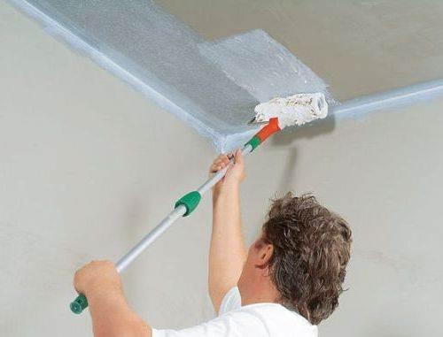 При белении потолка материал нередко попадает на пол, портя его внешний вид