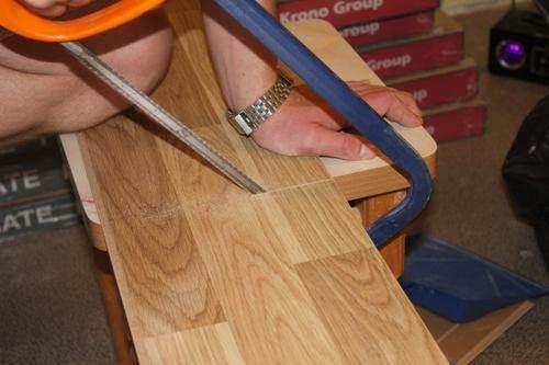 При небольшом объеме работ можно обойтись ножовкой по металлу.