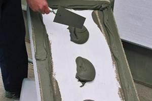 При необходимости пенопласт можно зафиксировать с помощью клея