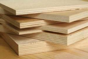 При укладке на сплошное основание (стяжка, деревянный пол и т.д.) оптимальная толщина составляет 8-10 мм.Если укладка делается на лаги или опоры, то толщина будет зависеть от их шага. При шаге 40-60 см оптимальной толщиной листов является 15-18 мм, если шаг опор больше – используются листы 18-22 мм.