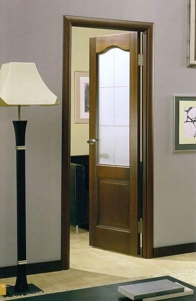 Придерживайтесь правила, что плинтус должен быть одного цвета с полами или с дверным полотном.