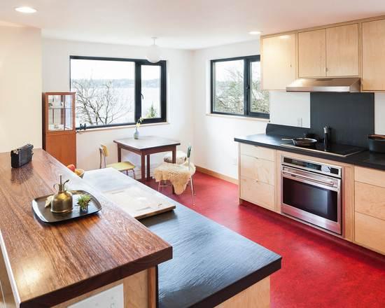 Пример яркого красного линолеума в дизайне кухни