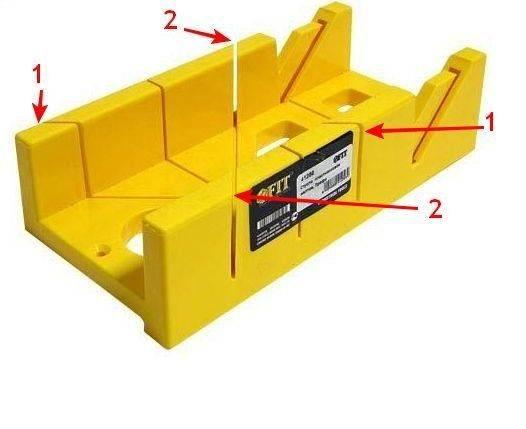 Приспособление для запила погонажных изделий, стрелками показаны технологические щели для работы в соответствии с инструкцией.
