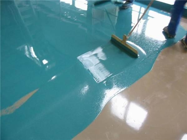 Процесс распределения самовыравнивающейся смеси по поверхности основы.
