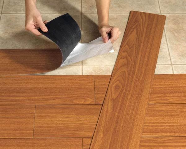 Процесс укладки виниловой плитки.