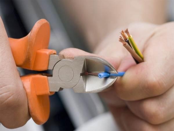 Провода перед выводом в подрозетник нужно зачистить