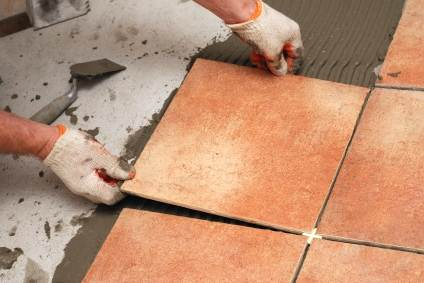 Работы производите в перчатках, клей для плитки достаточно «грубый», его тяжело удалить с кожи